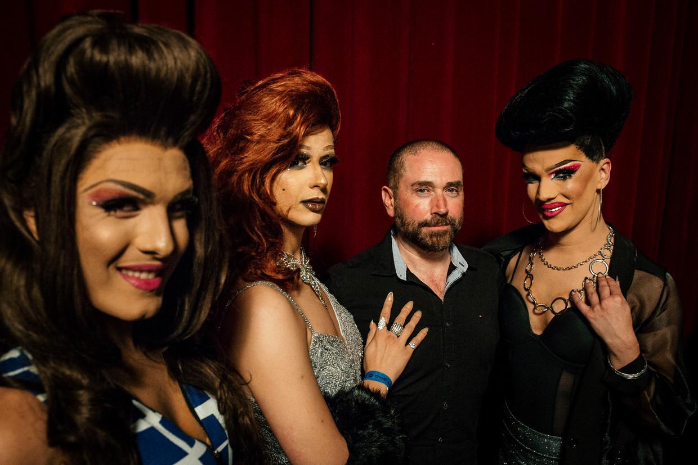 Felipe Domingo van lgbtq-bar Que Pasa met 'zijn' dragqueens. Beeld thomas nolf