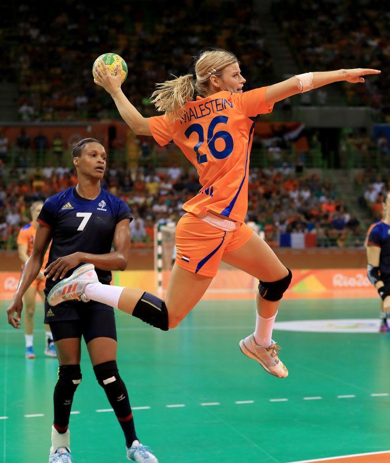 Angela Malestein neemt in de halve finale het doel van Frankrijk onder vuur op de Spelen van Rio, 18 augustus 2016. Beeld null