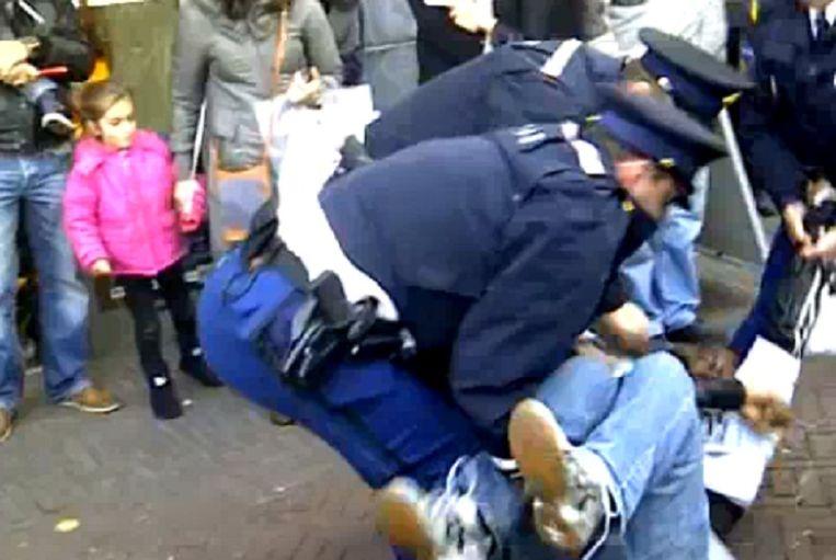 Videobeeld van de arrestatie van een van de actievoerders tijdens de Sinterklaasintocht in Dordrecht. Beeld