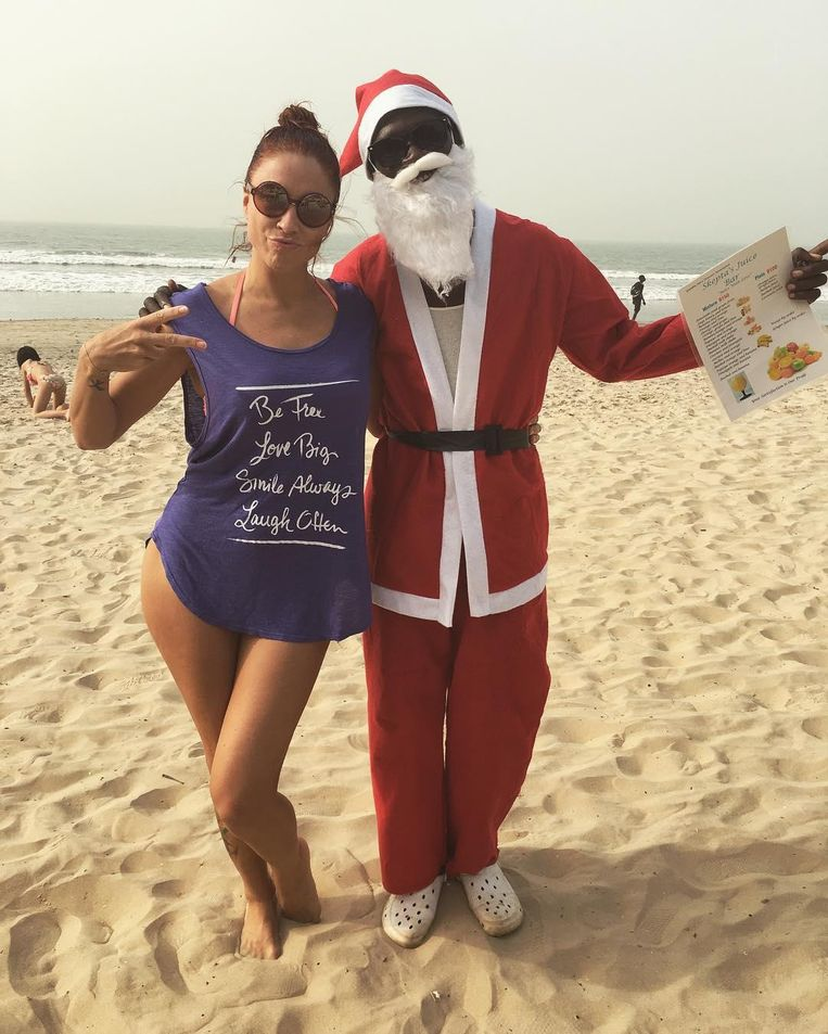 De kerstman en Natalia op het strand.