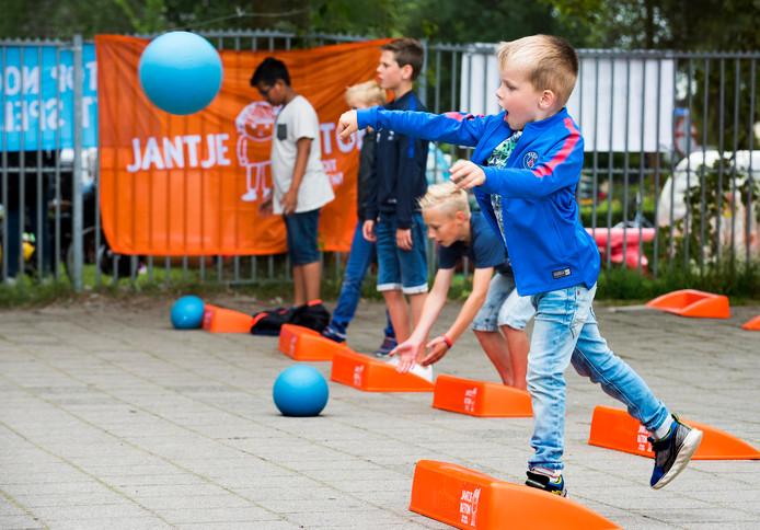 Kinderen uit De Ronde Venen doen mee aan de voorronde van het NK stoepranden.