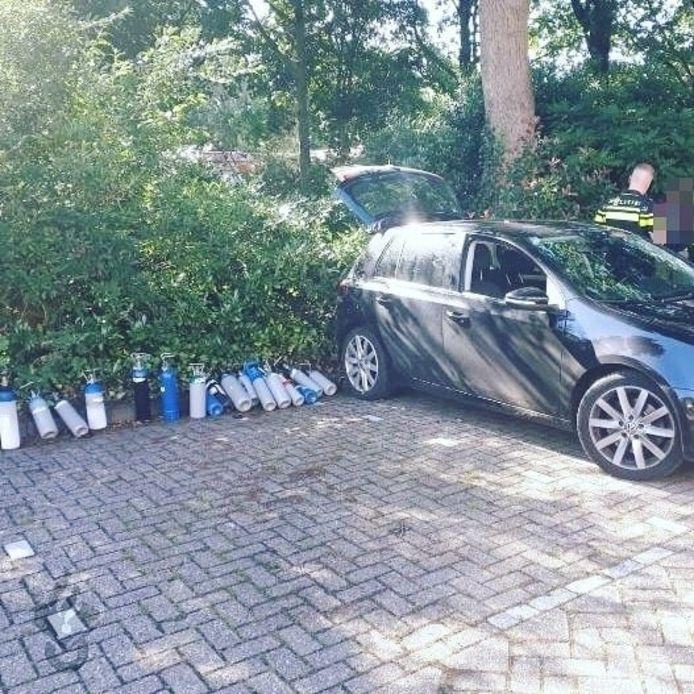 De Alphense politie trof vorige maand bij een controle in een auto 18 flessen met lachgas aan.