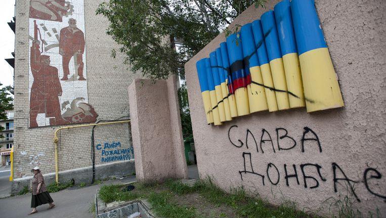 In de Oost-Oekraïense stad Artemovsk is de Oekraïense vlag overgeschilderd met de vlag van de vrije republiek Donetsk van de separatistische activisten.