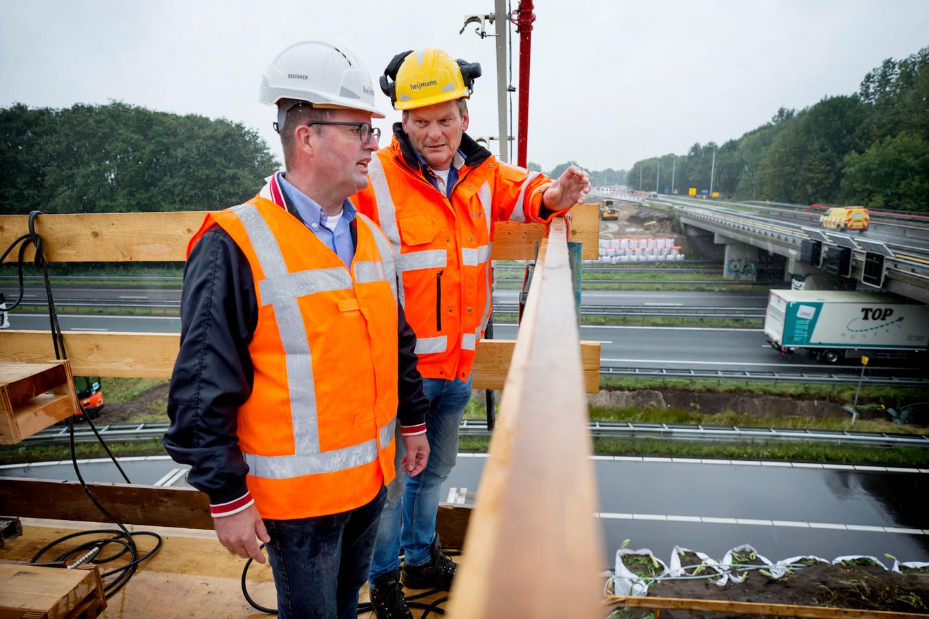 OOSTEIND - Vincent van Gils (l) van Vereniging Belangen Oosteind en Projectleider N629 Peter Benschop van Heijmans bij de aanleg van het nieuwe viaduct over de A27.