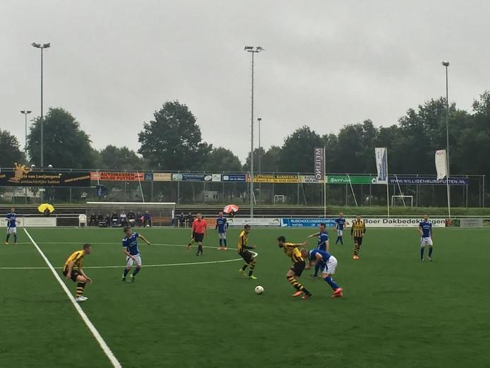 Typerend wedstrijdbeeld bij de Veluwecup: DVS'33 Ermelo in balbezit op de helft van SDC Putten.