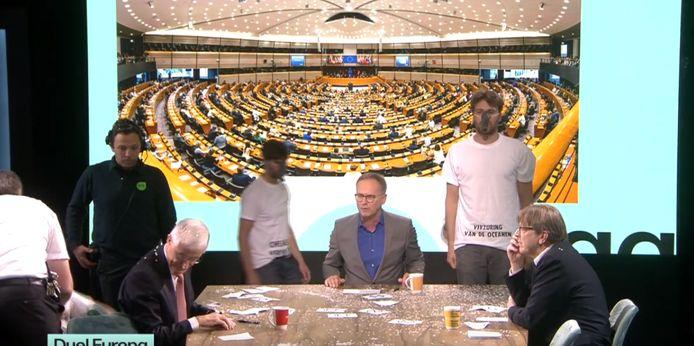 Het debat tussen twee lijsttrekkers voor de Europese verkiezingen, Guy Verhofstadt (Open Vld) en Geert Bourgeois (N-VA) werd verstoord door actiegroep Extinction Rebellion. Actievoerders gooiden confetti over de debatterende politici.