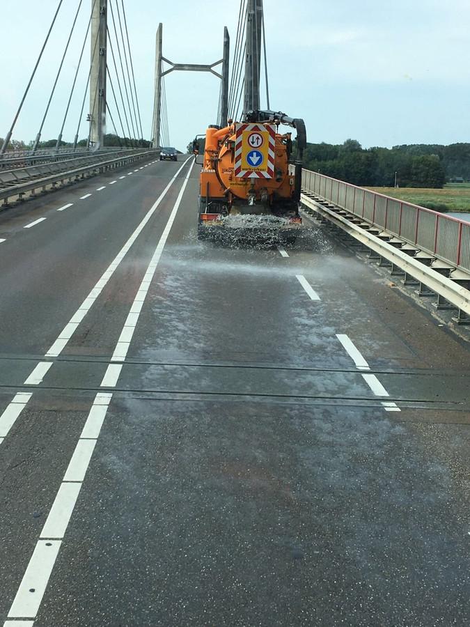 Wegen worden besproeid met water om te voorkomen dat het asfalt smelt.