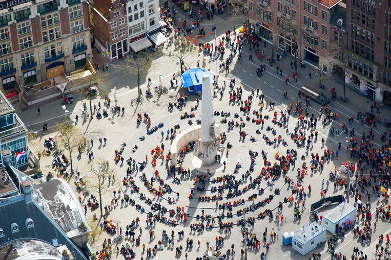 Het monument op de Dam tijdens Koningsdag afgelopen maandag. Beeld anp