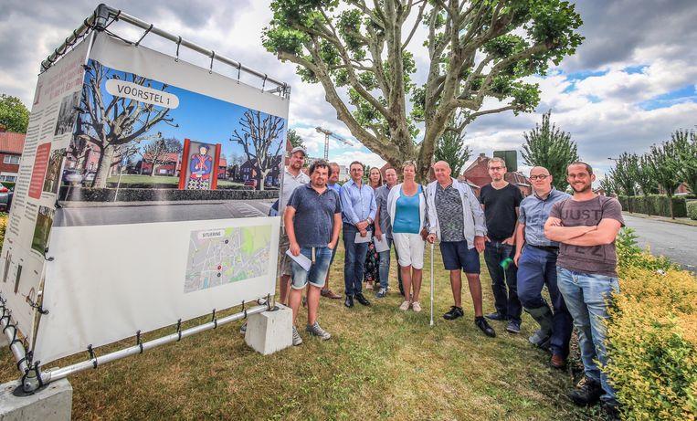 Wijkbewoners, schepen Despeghel en enkele mensen van de Technische Dienst bij de voorstelling van het project.