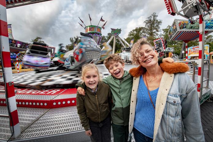 Diana Linssen (re) met zoon Aiden en vriendin Jodie op de prikkelarme kermis in Nijmegen.