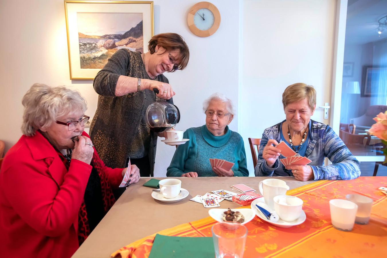 Anny Tolboom schenkt in het Gerard Horvershuis de koffie in voor Dora.