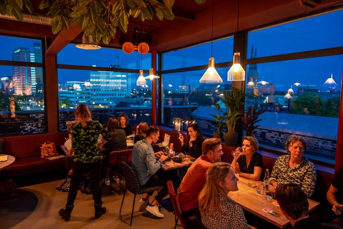 Een proefavond eerder deze week bij Doloris, vanaf de tafel kijk je uit op de skyline van Tilburg.