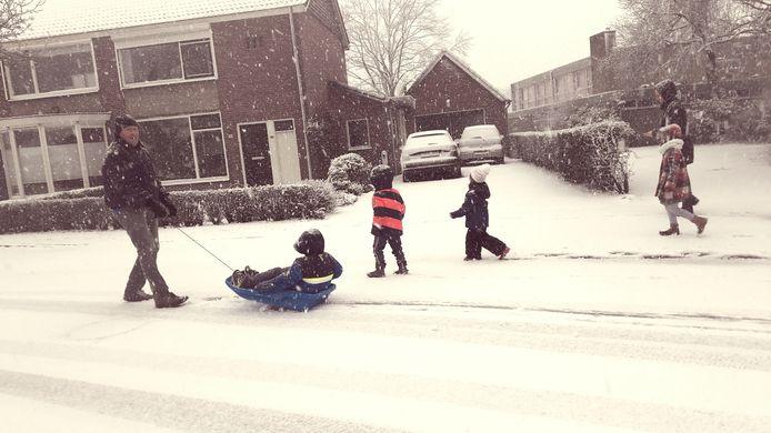 Sneeuwpret in Postelstraat in Esch