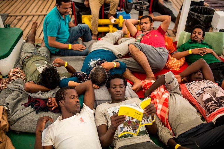 Migranten aan boord van het schip Open Arms van hulporganisatie Proactiva op weg naar Barcelona Beeld AFP