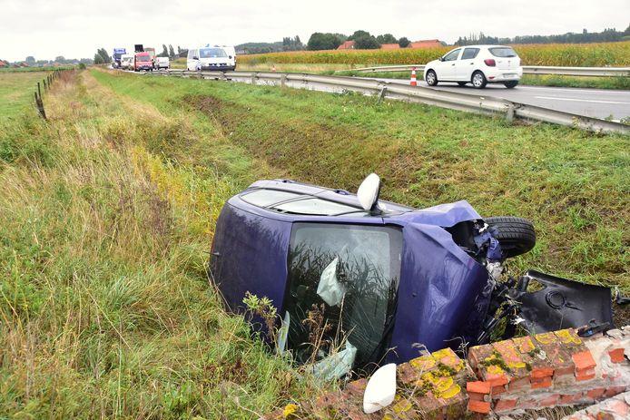 De Peugeot 208 strandde tegen een duiker langs de N58 in Wervik.