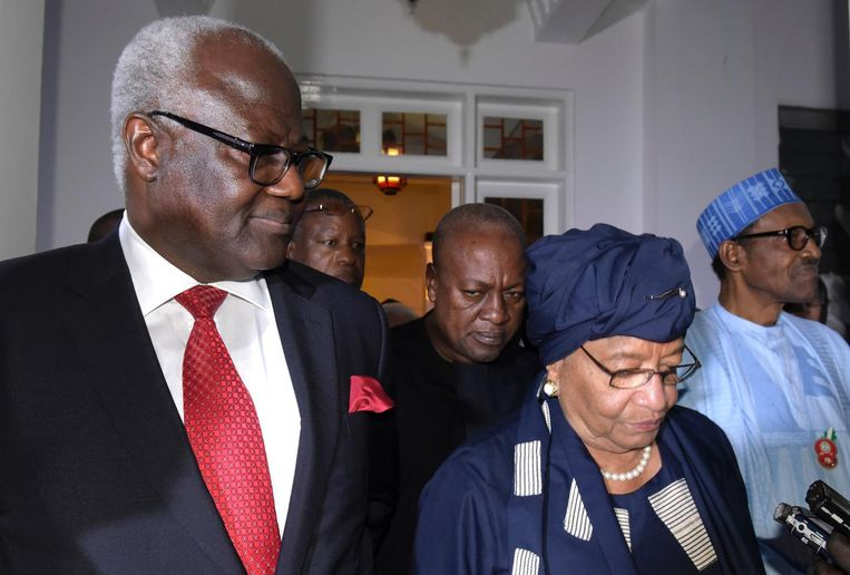 De presidenten van Liberia, Sierra Leone, Nigeria en Ghana lopen een hotel in in Serekunda op 13 december, na eenvergadering om Jammeh over te halen zijn nederlaag te erkennen. Beeld null