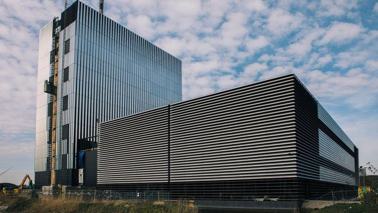 Het Equinixgebouw in het Amsterdamse Watergraafsmeer. De structuur van de gevel veroorzaakt allerlei effecten met het licht. Beeld Marcel Wogram