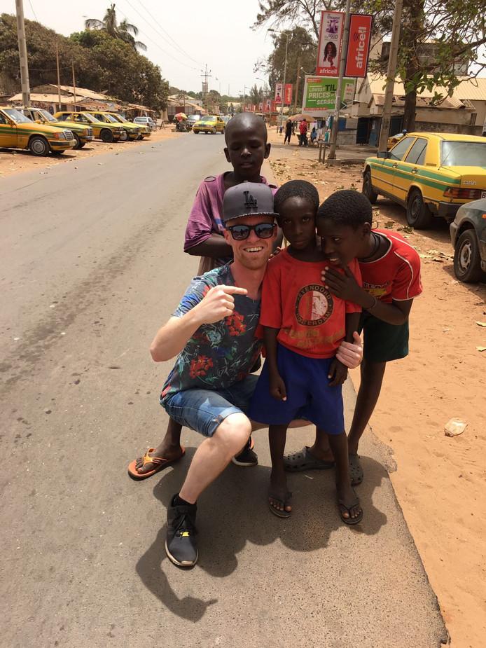 Mitch ging in Gambia op de foto met een jongetje in Feyenoordshirt.