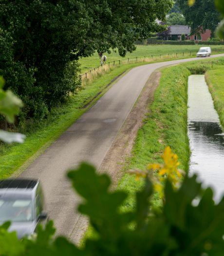 Staphorst pakt illegaal dempen sloten en inpikken  bermen aan