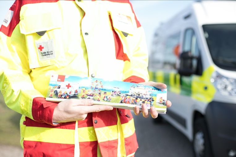 Dit jaar staat playmobil op de stickers van het Rode Kruis.
