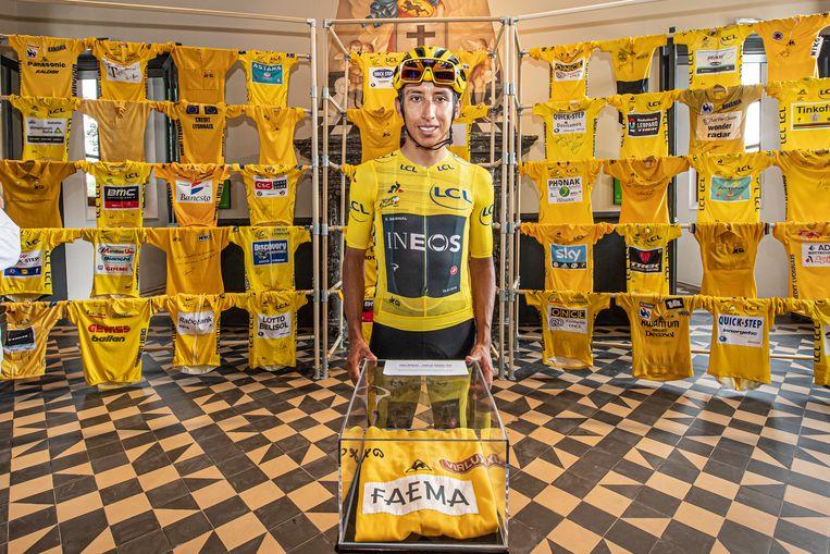 Egan Bernal poseert bij de muur van gele truien.