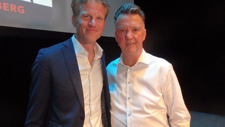Auteur Hugo Logtenberg en oud-bondscoach Louis van Gaal: 'Het boek leest heel makkelijk' Beeld Schuim