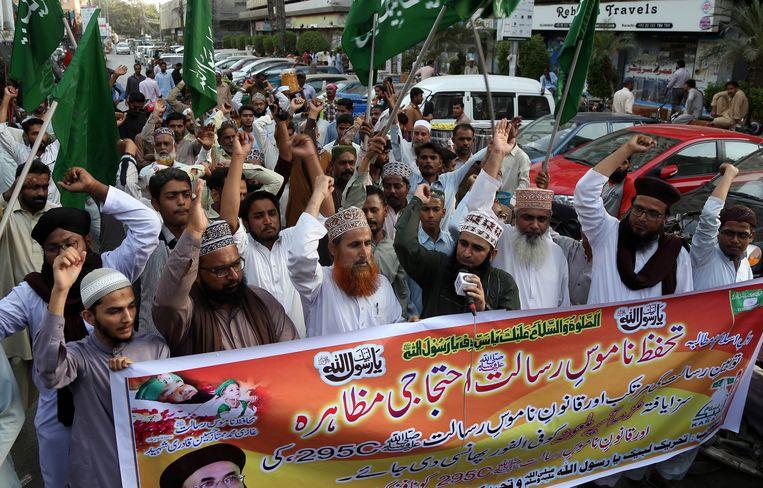 Aanhangers van de islamitische partij Tehrik Labaik Ya Rasool Allah protesteren tegen de vrijlating van Asia Bibi.  Beeld EPA