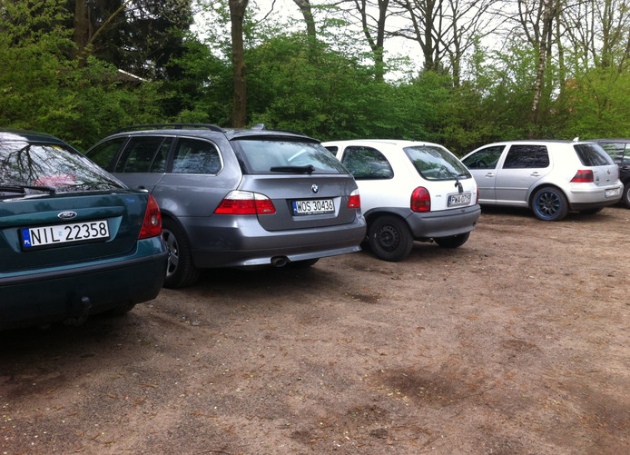 Poolse auto's zijn een bekend verschijnsel in Putten. omdat er relatief veel arbeidsmigranten in het dorp wonen.