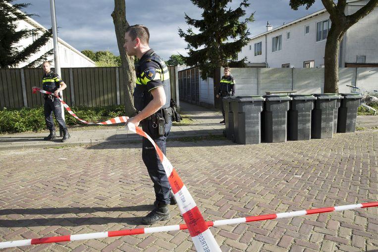De politie zet een straat af in de wijk Jeruzalem in Tilburg, waar in september 2015 een man is vermoord in zijn woning. Volgens de buren betreft het een ruzie in het drugscircuit. Beeld HH