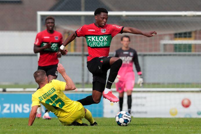 NEC'er Jonathan Okita in actie in het oefenduel bij SV Straelen.