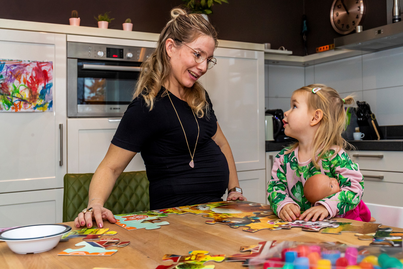Elske Kolkman (30), zwanger van haar tweede kindje, met haar dochtertje Laure (2).