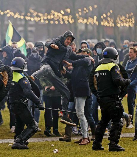 143 arrestaties bij rellen in Amsterdam: 'Sommige betogers droegen vechthandschoenen'