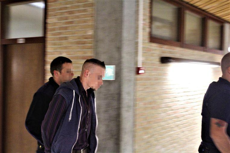 Alan C. (23, rechts op foto), beklaagde en vader van Matheo, kwam gisteren naar de rechtbank.