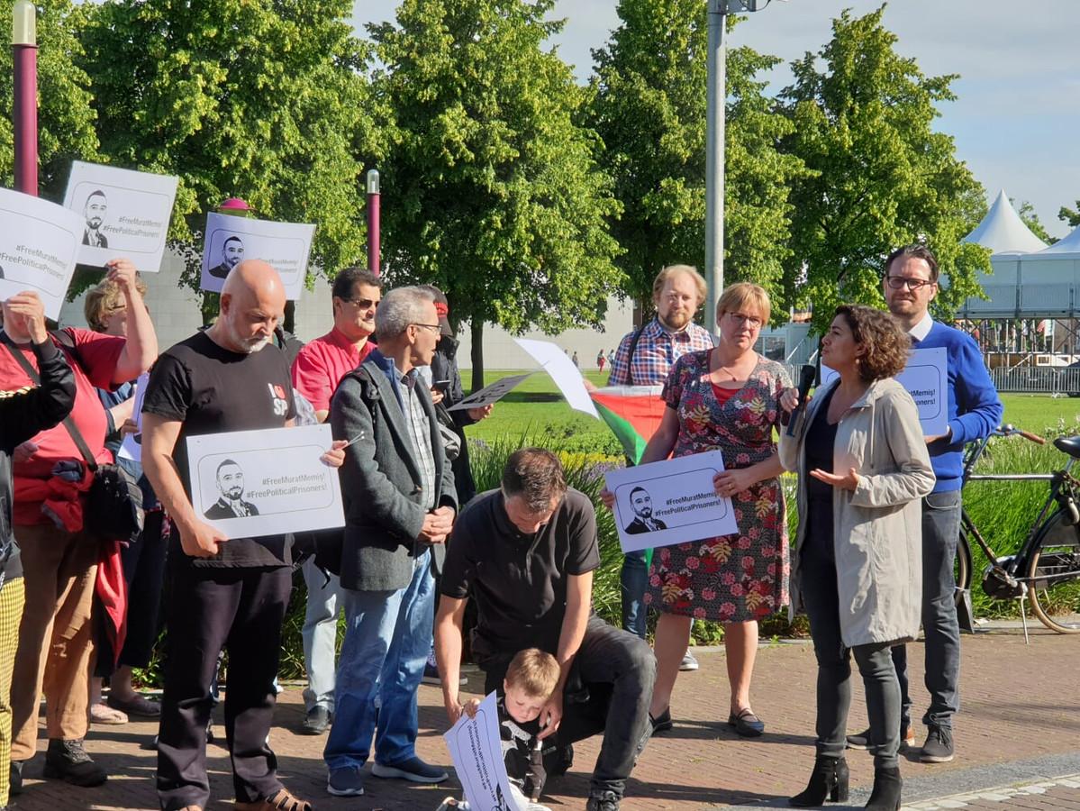 SP-Kamerlid Sadet Karabulut voerde maandagochtend mee actie voor de vrijlating van het Eindhovense SP-raadslid Murat Memis.