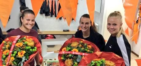 Vlaggetjes, bloemen en gebak voor 'Twentse' kampioenen