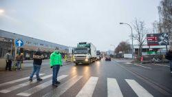 IN BEELD: Actievoerders hinderen verkeer door heen en weer over het zebrapad te hollen aan Delhaize