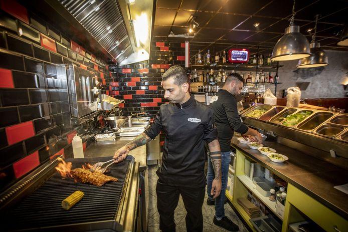 Stefan Aktan en Marco Cildavul in hun nieuwe eetgelegenheid aan de Steenstraat in de Oldenzaalse binnenstad.