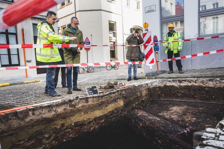 Schepen Watteeuw kwam naar de  opgravingen op de Zandberg kijken.