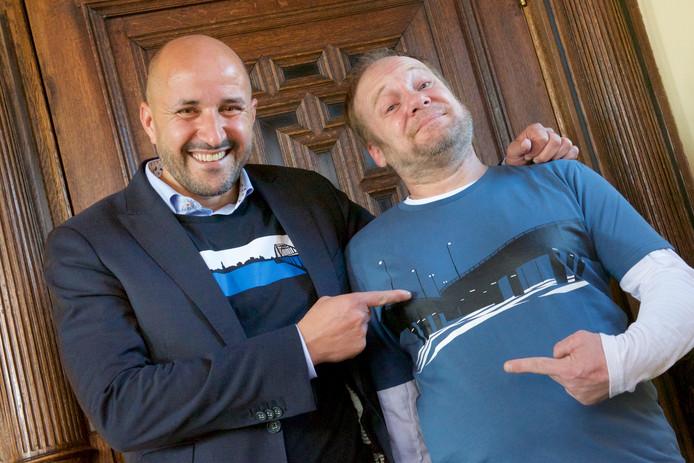Rob Kip kreeg woensdag op het stadhuis van Arnhem zijn honderdste Okimono T-shirt  overhandigd door burgemeester Ahmed Marcouch. Daarna gingen ze samen in een Okimono-shirt op de foto.