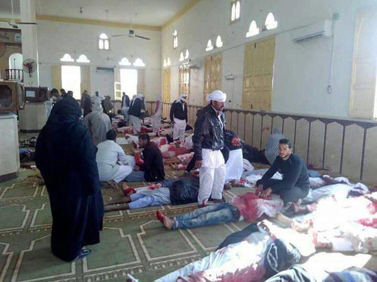 Lichamen van slachtoffers in de gebedsruimte van de moskee. Beeld epa