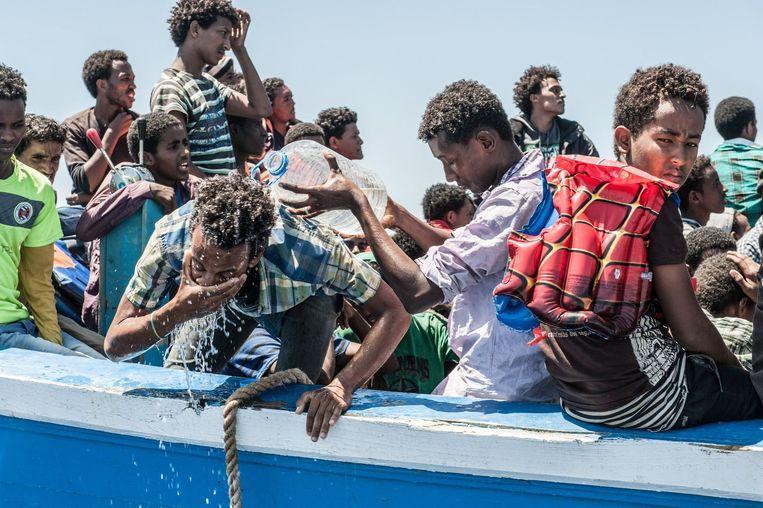 60 geredde bootvluchtelingen op weg naar Sicilië.