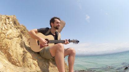 """""""Als ik jou hoor zingen wil ik naakt avocado's eten op het strand"""" Arne ontmoet zijn collega-buskers in Byron Bay"""