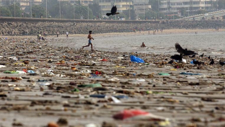 Een vervuild strand in de miljoenenstad Mumbai, India. Beeld EPA