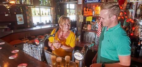 Eigenaar onder het mes, klanten nemen café zes weken over: 'Ik heb geen geld voor extra personeel'