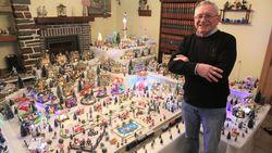 """Gilbert (73) bouwt 80 uur aan dit kerstdorp in zijn living: """"Ik word hier zo gelukkig van"""""""