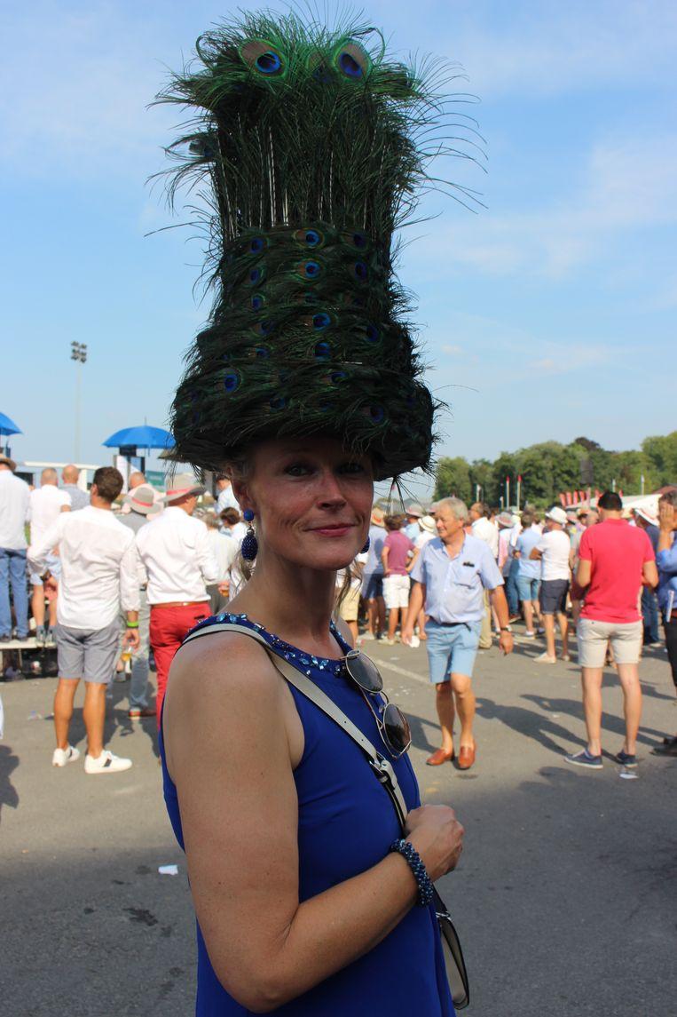 Sophie Seyn uit Aalbeke is elk jaar van de partij op Waregem Koerse, mét een eigen gemaakte hoed.