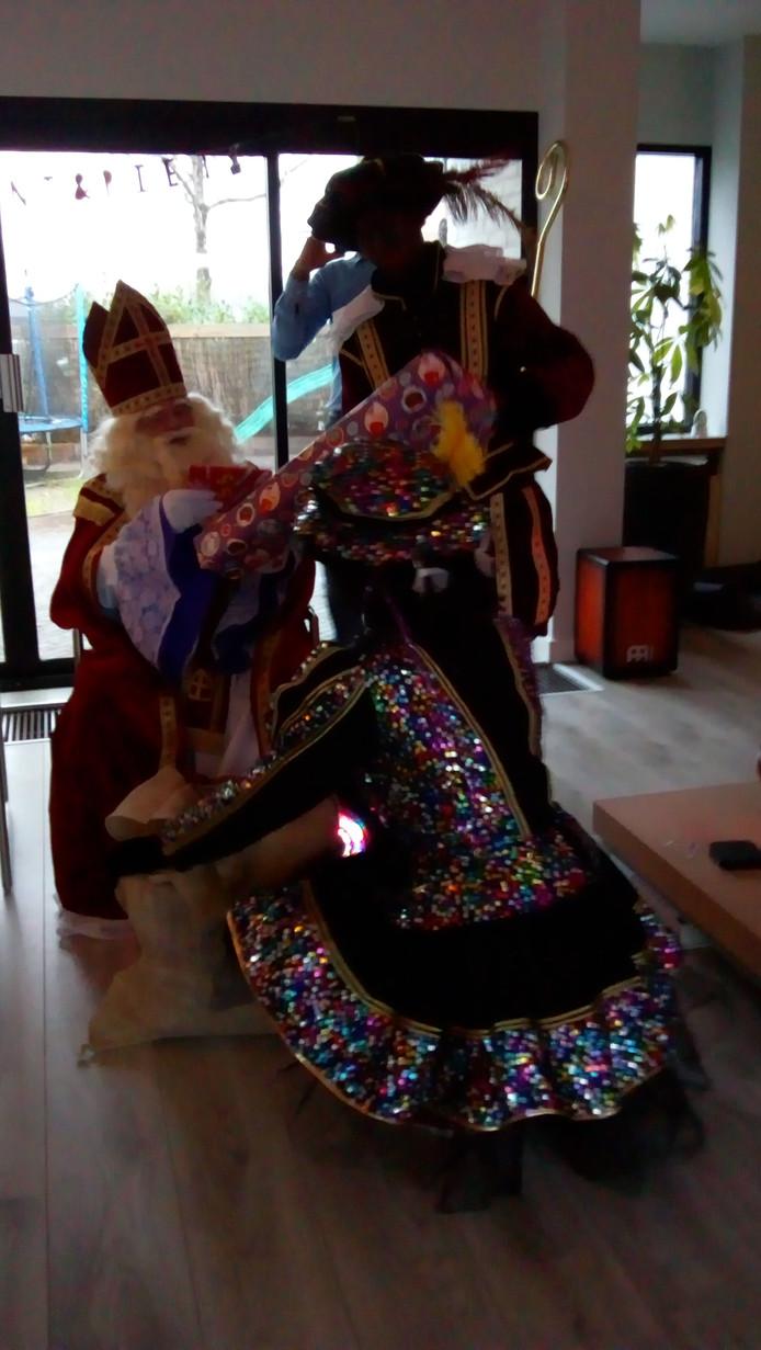 Sint met zijn pieten en cadeaus