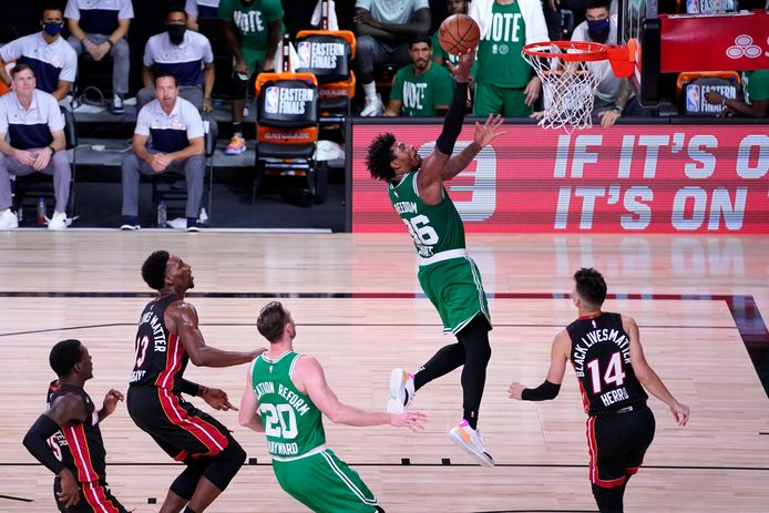 Boston Celtics-guard Marcus Smart op weg naar de ring.