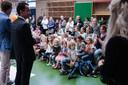 De burgemeester van Zevenaar komt hem opent de Active Floor op de Ds Jonkersschool in Lathum.