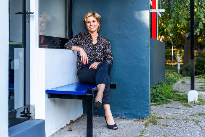 Jessica van Geel op het bankje voor het Rietveld Schröderhuis  waar Truus Schröder altijd zat.